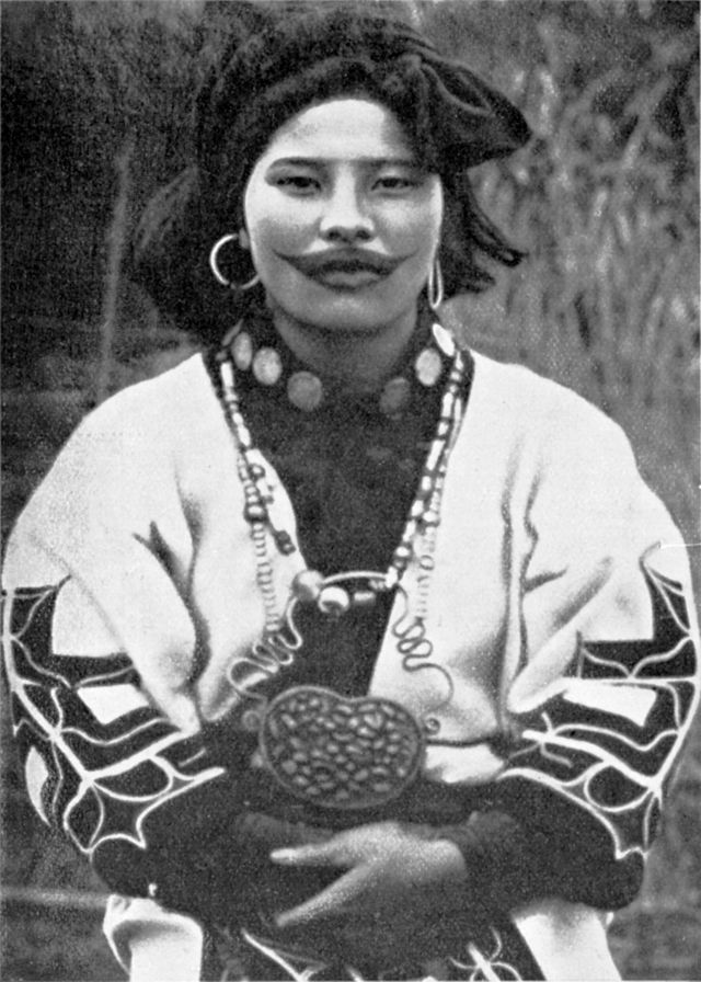 口の周りに刺青をほどこした女性。耳にニンカリ(耳輪)をつけ、首にはレクトンペ(首飾り)を巻き、タマサイ(ネックレス)を下げる。