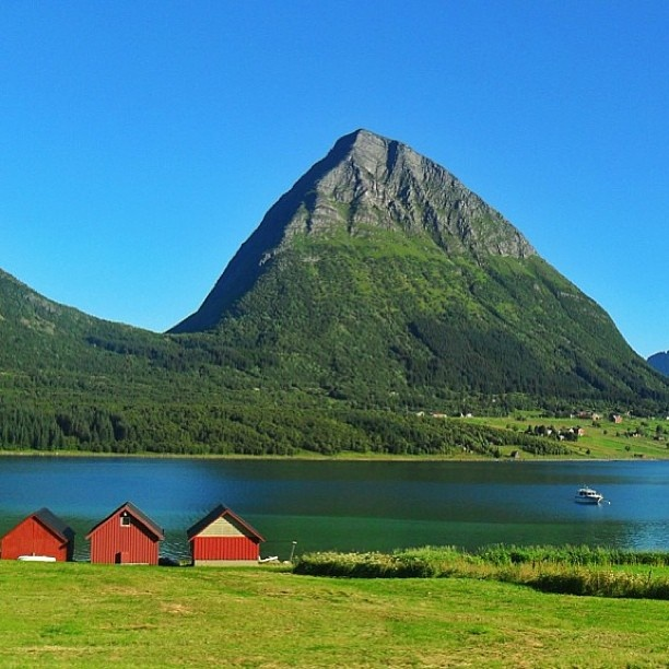 ✽ Location: Helgeland-Nordland,Norway ✽ Photo Credit: @picsandpaints