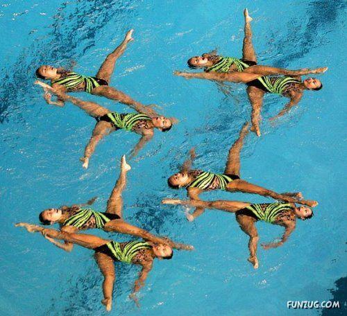 synchronized swimming art form; Mache mit bei einer Vorführung beim Synchron Schwimmen