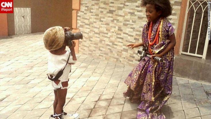 """Il suo nome è Onafujiri """"Fuji"""" Remet, ha tre anni e da grande vuole fare  il fotografo. Un sogno e una passione irrefrenabili che hanno portato  il piccolo a prediligere la macchina fotografica a qualsiasi altra cosa,  macchinine e palloni compresi. Il suo soggetto preferito? Oranie"""