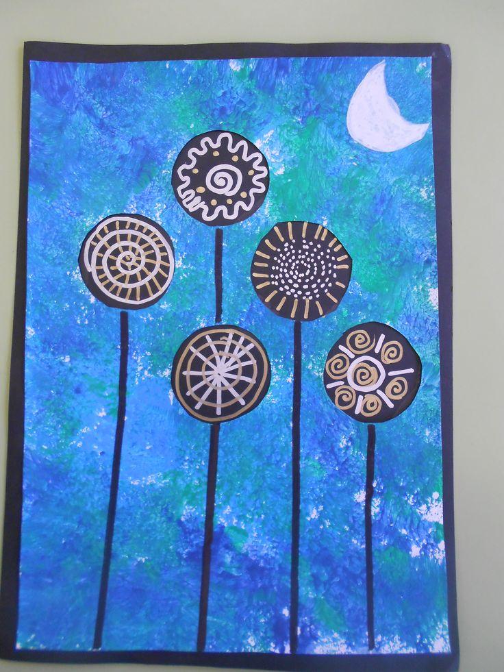 Paisatge d'hivern. Hem punxat els cercles i pintat amb tempera, fent servir una esponja, amb colors freds. Hem enganxat el full sobre un fons negre i amb retoladors platejat i daurat hem fet les flors. Les tiges estan fetes amb retolador gruixut negre i la lluna amb retolador blanc permanent.