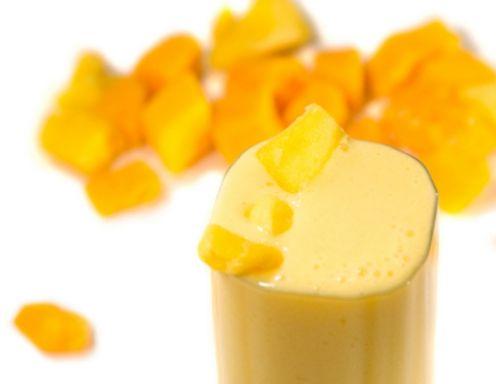 Für den Mango-Smoothie alle Zutaten im Mixer cremig rühren und sofort servieren. Nach Belieben garnieren.