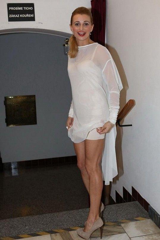 Šaty jsou od návrhářského dua Leeda.