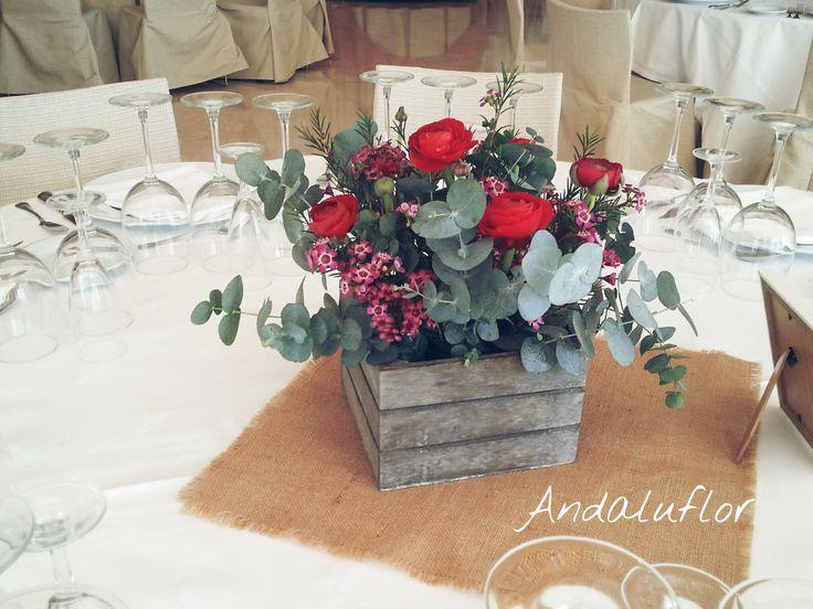 Centro de mesa con ranúnculos rojos.