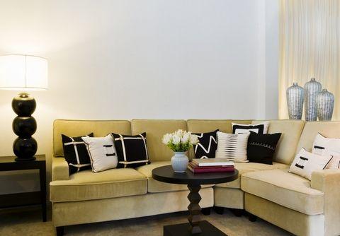 Черное и белое. Черно-белые подушки украсят диван или кровать любого цвета. При этом вовсе необязательно сочетать их с чем-то еще. Это могут быть подушки с черно-белым орнаментом или с рисунком шкуры зебры. Эти контрастные элементы выглядят впечатляюще и более всего подходят для элегантных современных интерьеров.