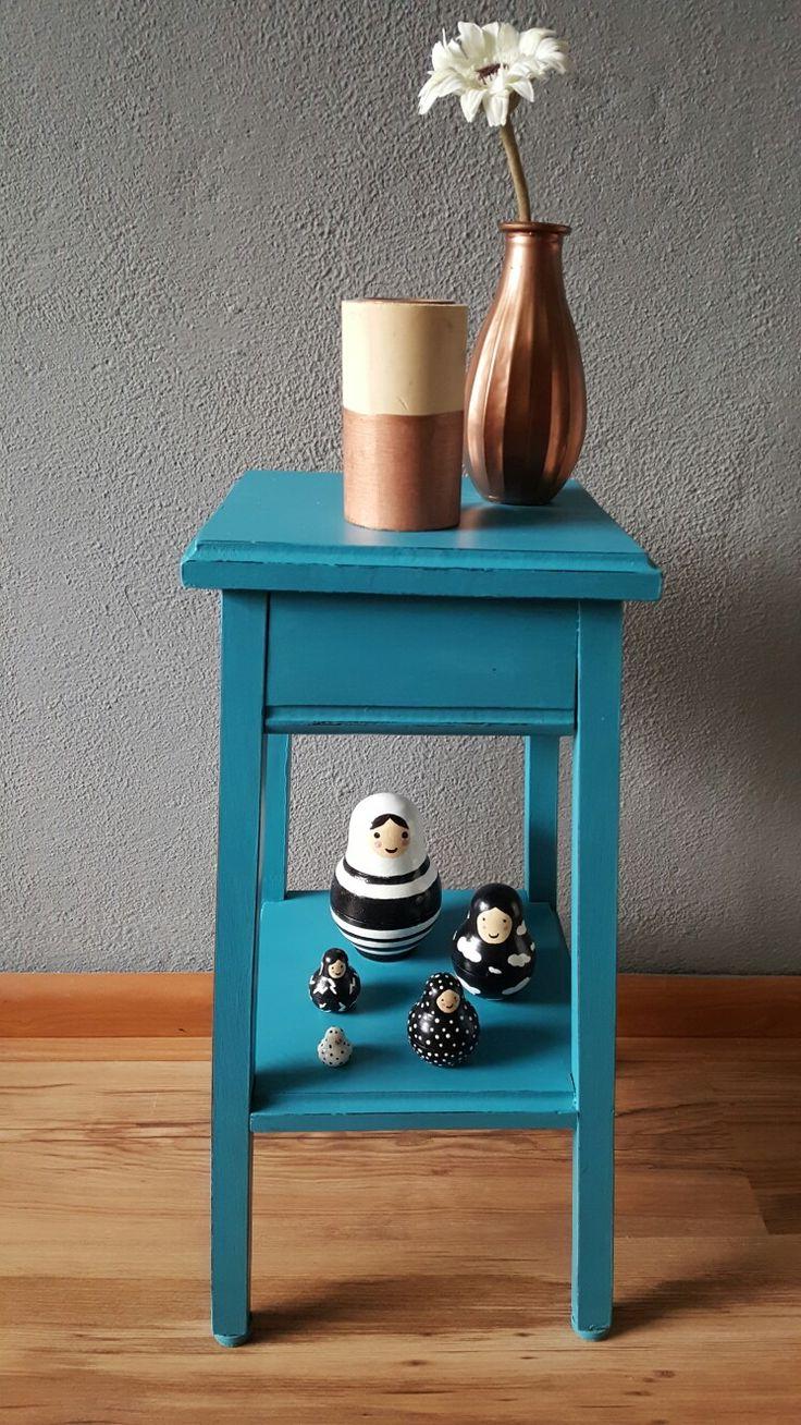 Aqua blauwe bijzettafel met zelf geschilderde baboeska poppetjes