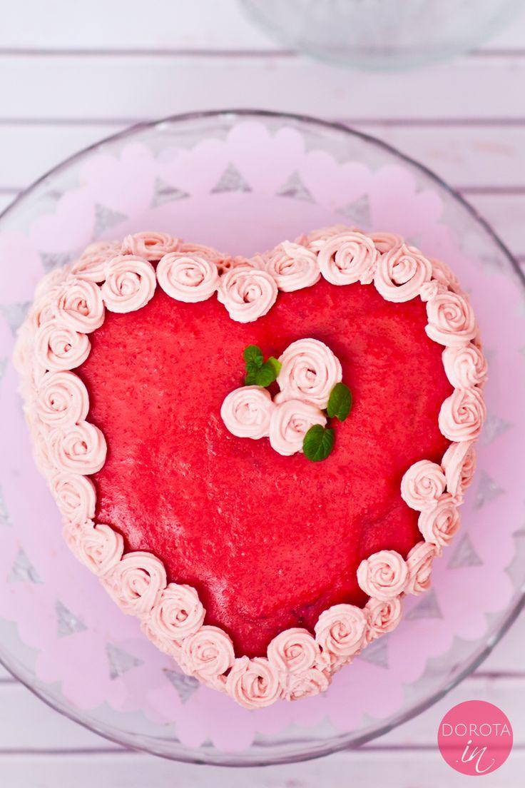 Tort serce na #walentynki czyli czekoladowy biszkopt ekspresowy przekładany kremem z mascarpone, udekorowany wzorem w kształcie różyczek ze szprycy.  http://dorota.in/tort-serce/ #food #kuchnia #przepis #tort #valentines