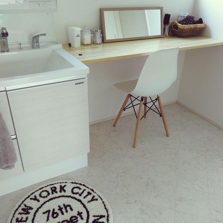 洗面所の横のスペースにメイクスペースを作っています。シンプルでナチュラルな雰囲気が素敵です。