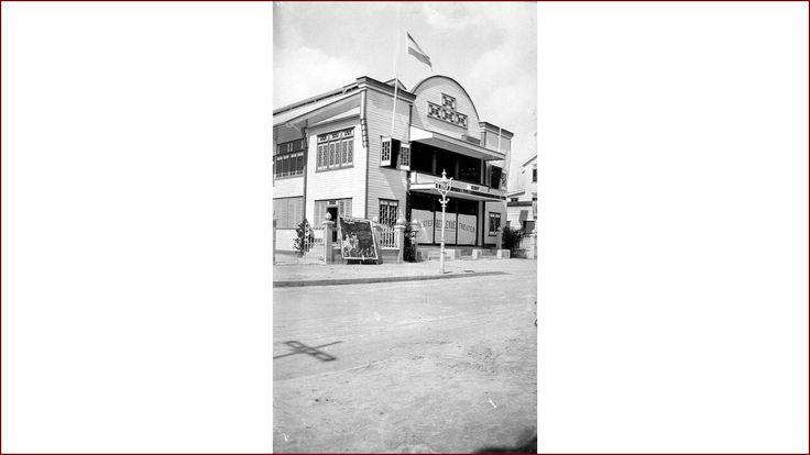 """Op deze foto is het Bellevue theater te zien. Buiten is een opgespannen filmaffiche te zien van """"All Quiet on the Western Front"""", een door Lewis Milestone geregisseerde Amerikaanse film uit 1930. Deze film over de Eerste Wereldoorlog is gebaseerd op het boek """"Im Westen nichts Neues"""" (Van het westelijk front geen nieuws) van Erich Maria Remarque."""