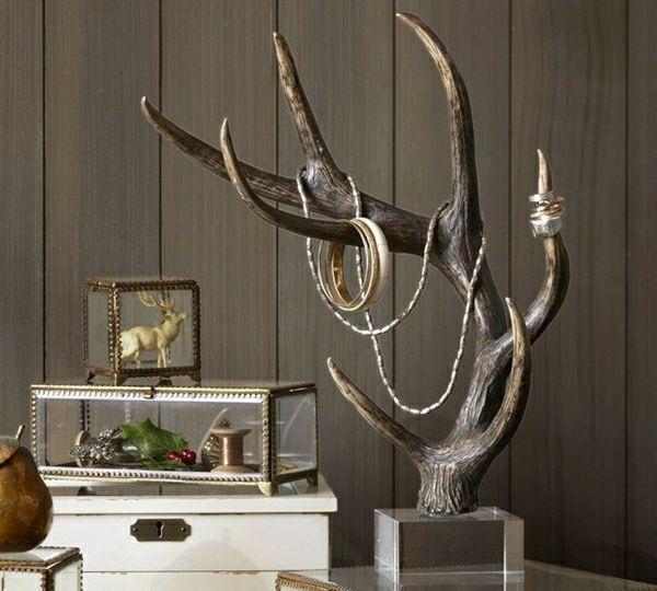 weiße-Kommode-Hirsch-Figurine-Schmuckständer-Geweih-Kristallsockel-Halskette-Armreife-Ringe