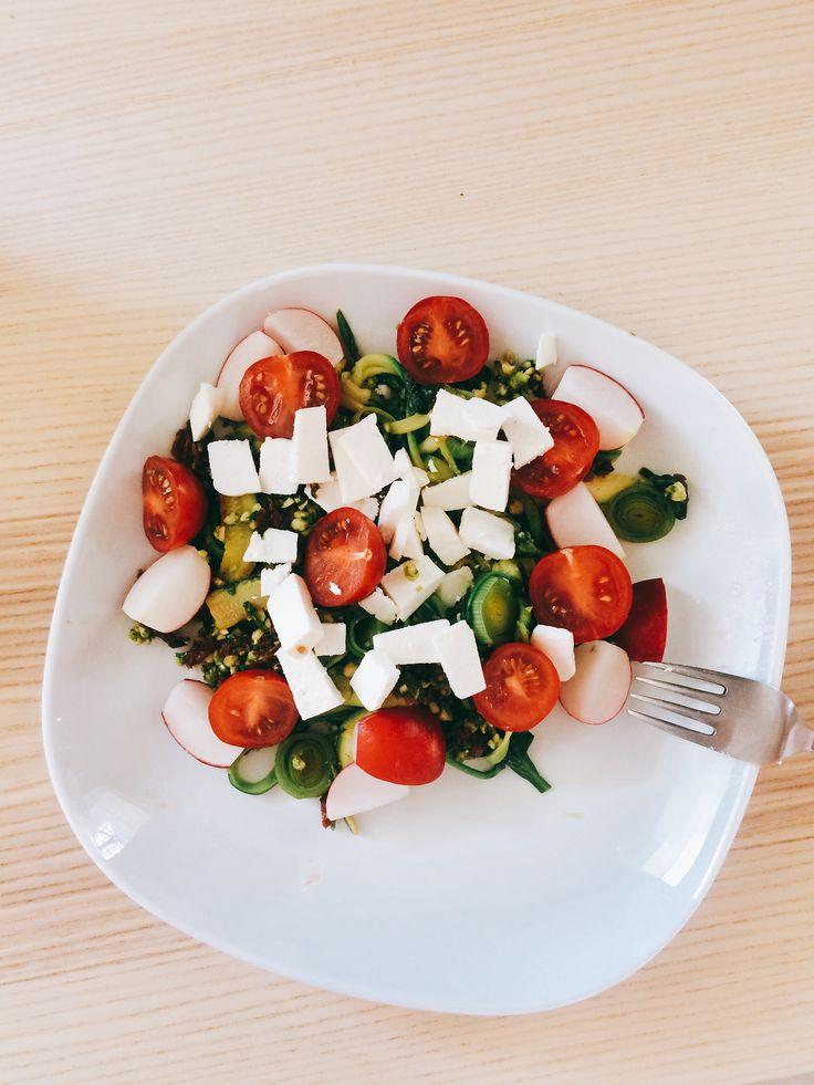 CUKETOVÉ ŠPAGETY | cuketa• olivový olej • špenát • pesto: špenát, sušená rajčata, kešu, česnek, olivový olej, sůl a pepř | Rozmixujeme všechny ingredience na pesto. Na pánvi na olivovém oleji necháme změknout cuketu a špenát. Vše smícháme, posypeme kozím sýrem nebo parmazánem, dozdobíme zeleninou.