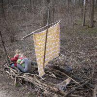 Waldspiele: Kinder bauen ein Wikingerschiff