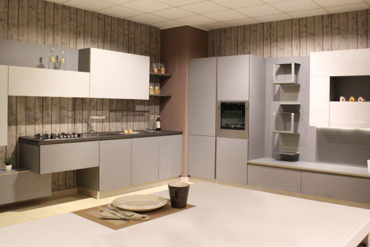 Con STRATOS nasce una nuovo modo di #arredare la #cucina e questa è la composizione arrivata nel nostro #showroom. Firmata Mobilturi dal #design #moderno è curata nei dettagli e garantita nel tempo grazie ai materiali di eccellenza. Scoprite le altre possibili composizioni su www.mobilisparaco.it