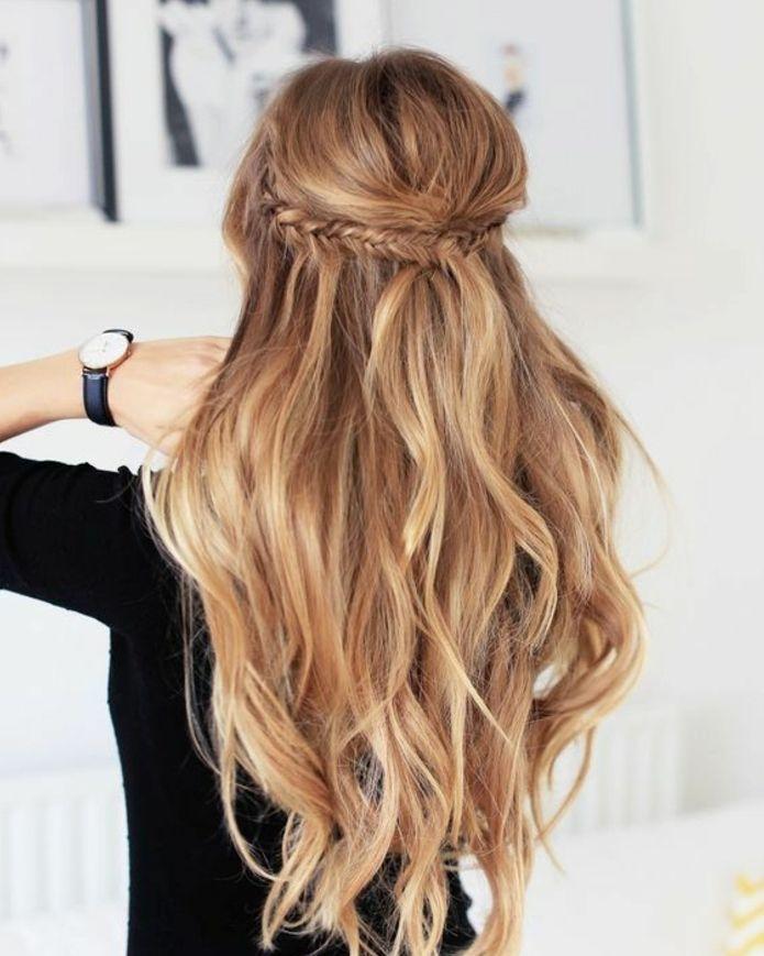 modèle de coiffure de mariage, cheveux blonds, longs à boucles  légères,tresse épi