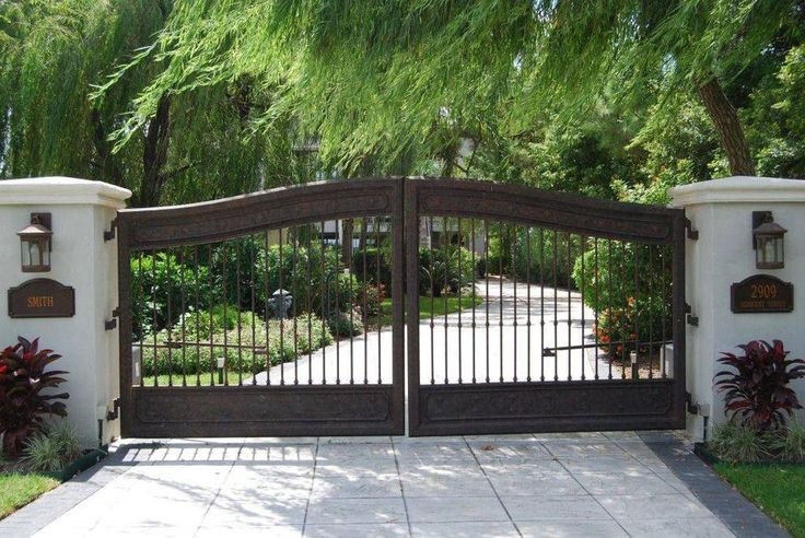 Natec for a Mediterranean Landscape with a Concrete Driveway and Residential Fence Projects by Fencemaster