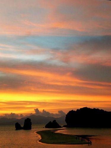 ランカウイ島の北部タンジュンルービーチは干潮時歩いて島まで渡れたりもするんです#langkawi