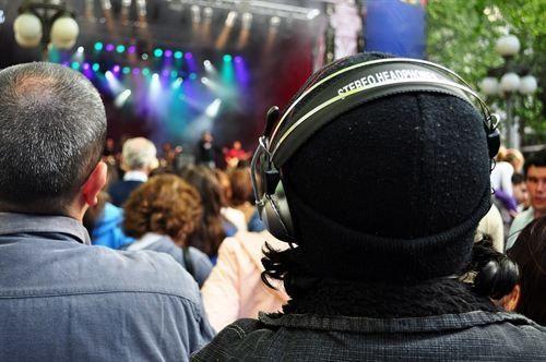 El 20% de los adolescentes tienen un zumbido permanente en los oídos por escuchar música alta. http://www.farmaciafrancesa.com
