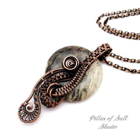 Fatti a mano filo avvolto collana su una catena di rame. La catena può essere facilmente cambiata per una catena di lunghezza diversa, nastro,