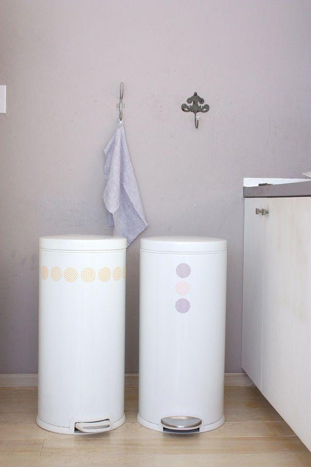 以前、「インテリアと暮らしのヒント」でラウンド形のゴミ箱に丸型マスキングテープをペタペタ貼りました。掲載記事はコチラ →「5秒でゴミ箱が変身!丸型マスキングテープ」 アメリカで人気の「Simplehuman(シンプルヒューマン)」という家庭用品ブランドのゴ