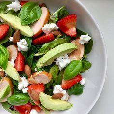 Wist je dat kant en klare salades uit de supermarkt veel toegevoegde suikers, zouten en e-nummers bevatten? Daarnaast bevatten ze ook vaak veel calorieën, maak daarom je salade lekker zelf. Deze salade met avocado, aardbei en geitenkaas is super simpel om te maken en hartstikke gezond! Salade met avocado, aardbei en geitenkaas (2 personen) Wat heb je nodig: –100 gr spinazie – 200 gr gerookte kip, in plakjes gesneden – 1 avocado, in plakjes gesneden – 8 aardbeien, in plakjes gesneden –4…