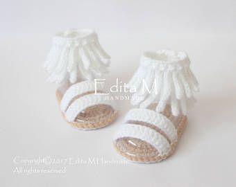 Gehaakte baby sandalen. Gemaakt van acryl garen. Grootte: 0-3 maanden (lengte ca. 9 cm - 3 1/2 inch) Grootte: 3-6 maanden (lengte ca. 10 cm. - 4 inches) Handwas in koud water. Je kunt me vinden op Facebook: https://www.facebook.com/EditaMHandmade/ Als u vragen hebt, neem contact met mij op. Dank u voor uw bezoek.