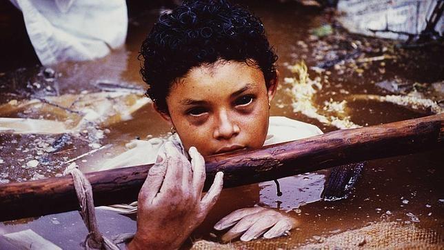 Tal día como hoy de 1985, el mundo seguía en directo la muerte de esta niña colombiana atrapada entre los restos de su casa tras la tragedia de Armero