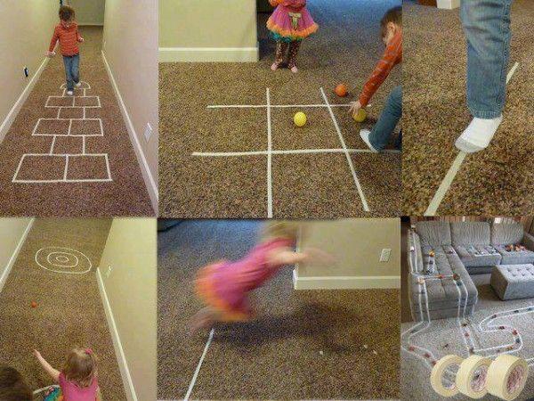 """juegos de interior: Juegos de """"quita y pon"""" para una tarde de lluvia, con un poco de cinta adhesiva."""
