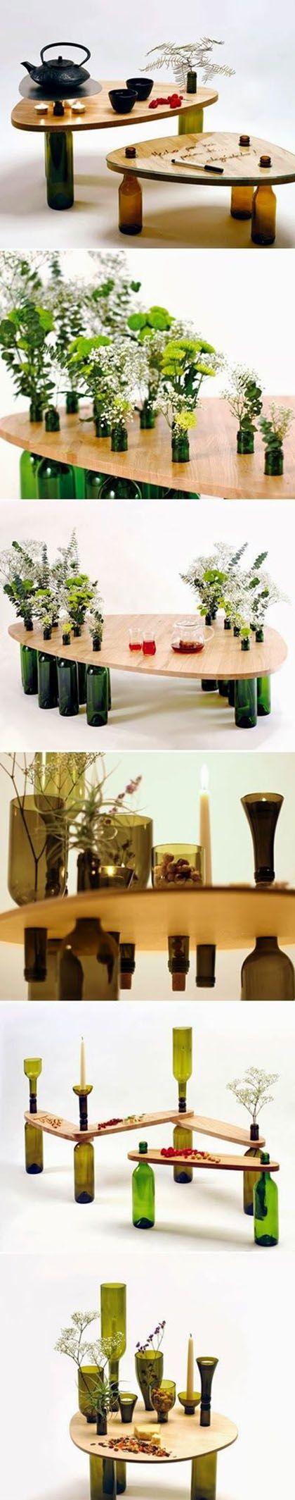Mesa con las patas con botellas-floreros