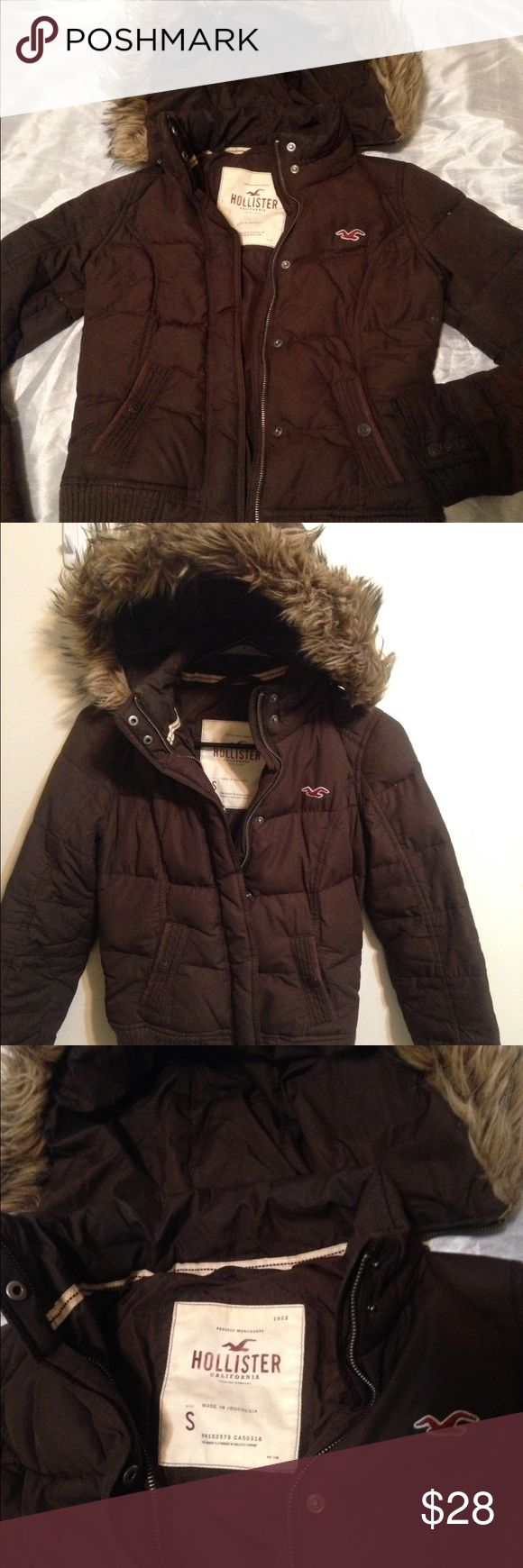 Women's Hollister Puffer Jacket Coat with Fur Hood Super cute Hollister jacket with removable hood with zipper. Super comfortable. New without tags and no zipper as you can see in picture 4 but you can close it with the metal buttons. Great for winter and unbeatable price‼️ Hollister Jackets & Coats Puffers