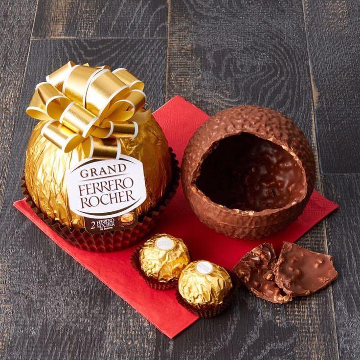 直径10cmの特大ロシェ。 チョコレートシェルの中にいつものロシェが2個入っています🍫 グランドロシェ ¥1,296(税込) #グランドロシェ #ロシェ #grandrocher #ferrerorocher #rocher #ferrero