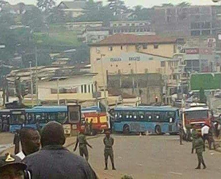 #PostPic - Selon le reporter de Radio Équinoxe à #Yaoundé la route qui mène à #Etoudi le quartier de #PaulBiya le président de la république en passant par Bata Longkak et Mballa II est barrée par les employés de lex société #LeBus: ils réclament le paiement des arriérés de salaires et des droits sociaux... Sources : Internet