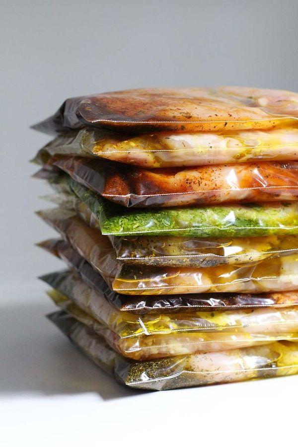 野菜やお肉、お魚など、調味料と合わせてそのまま冷凍しておくだけの「下味冷凍」でとっても簡単。あとは、自然解凍して加熱調理するだけ。夕ご飯の準備が驚くほど楽になります。
