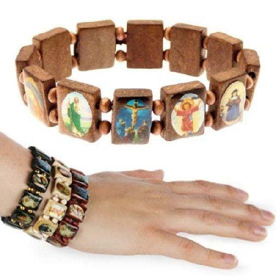 Stílusos, divatos karkötő. Minden egyes kis fa táblácska más-más kis, színes, ikon-szerű képet tartalmaz. Hordhatod, viselheted hiszen bármilyen alkalomhoz kiválóan illik. Tökéletes és izgalmas kiegészítője lehet egy laza öltözetnek ugyanúgy, mint az alkalmi viseleteknek is. A dupla gumiszalagon felfűzött fa lapok jól mutatnak felnőtt-, vagy gyerek csuklón is.