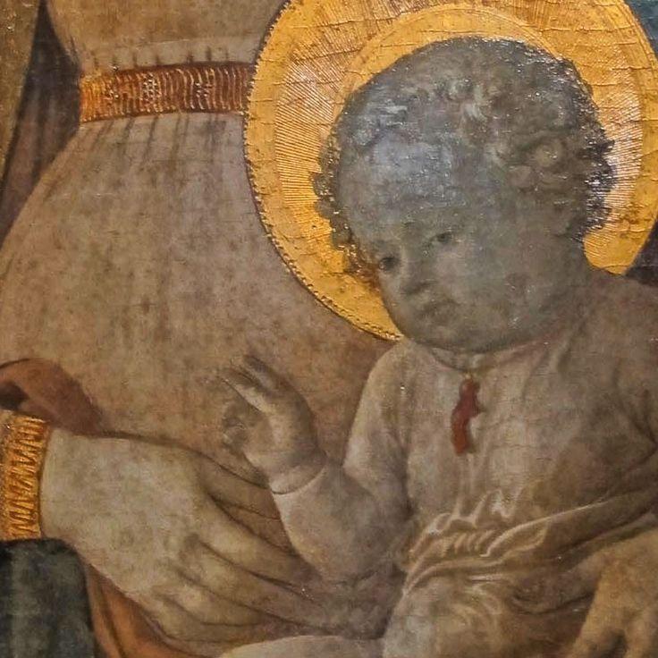 Dettaglio della Madonna del Ceppo (fra F.Lippi, 1452-1453 . Il bambino Gesù porta la collanina con il ramo di corallo. --#coral #corallo