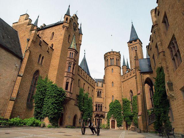 ホーエンツォレルン城   ドイツ南部シュヴァーベン高原の裾野に立つ標高855mの山の頂に建てられた城。  19世紀後半にノイシュヴァンシュタイン城とほぼ同時期に建てられた三度目の城で、重厚な存在感は見る者を圧倒する。  この場所からおよそ千年にわたって栄えた名門ホーエンツォレルン家の歴史が始まった。