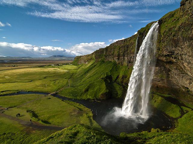 Kirándulás Izlandon 2-3* - Izland a döbbenetes gleccserek, gejzírek, vízesések, tűzhányók és az eldugott halászfalvak szigete. Az elkövetkezendő pár nap során Izland legszebb látnivalóit keressük föl. Talán az egyik legjobb nyári időszakot választottuk az utazáshoz: nyáron gyönyörű arcát mutatja a sziget.