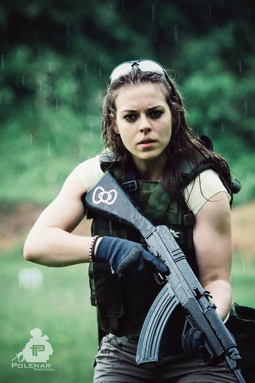 Julia tire toute nue avec un AR-15 - koi de neuf