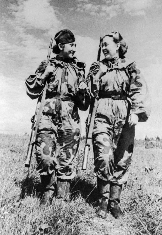 Снайперы С. Быкова и Р. Скрипникова возвращаются с боевого задания