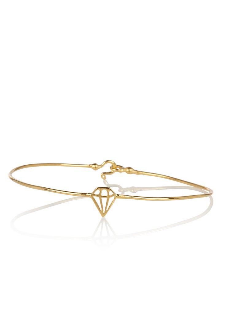 <p>Fijne armband van Scmyk. Deze armband is uitgevoerd in metaal met gouden plating. Het middelpunt van de armband wordt gevormd door een symbool van een diamant. Het armbandje sluit door middel van een haakje. Scmyk is een sieraden- en accessoiremerk dat gebruik maakt van veel verschillende prints, patronen en materialen voor een frisse en gedurfde uitstraling.</p>
