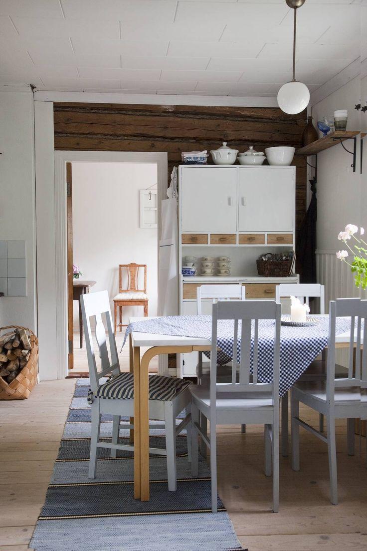 Sinisävyinen tupa on vaalentunut vuosien varrella, ja liika sininen on saanut väistyä. Remontin yhteydessä naputeltiin uudet lautalattiat, jotka on käsitelty lipeällä ja Osmo Colorin öljyvahalla. Keittiön astiakaappi on lasten isotädin vanha ja Marin kunnostama. Ruokapöydän tuolit tulivat talon mukana.