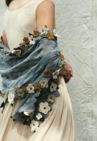La fluidité du drapé, la simplicité du châle, la sobriété des couleurs