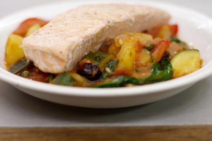 Zalm is op zijn zachtst gezegd een populaire vis. De milde smaak past perfect bij de hele collectie groenten die Jeroen in deze stoofpot verwerkt. Wie graag ansjovis lust kan het zout in de bereiding vervangen door enkele opgelegde filets.