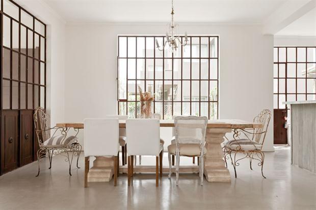 8 comedores pensados a lo grande  Mix de estilos: una propuesta que reúne distintos modelos de sillas, incluso incorpora las del jardín que encabezan los extremos de la mesa.         Foto:Archivo LIVING