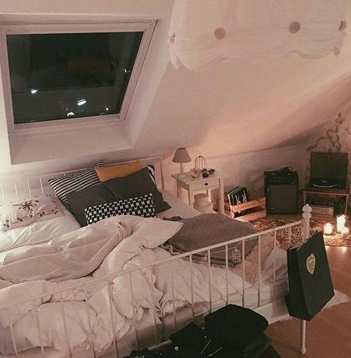 Cooles Schlafzimmer mit Oberlicht
