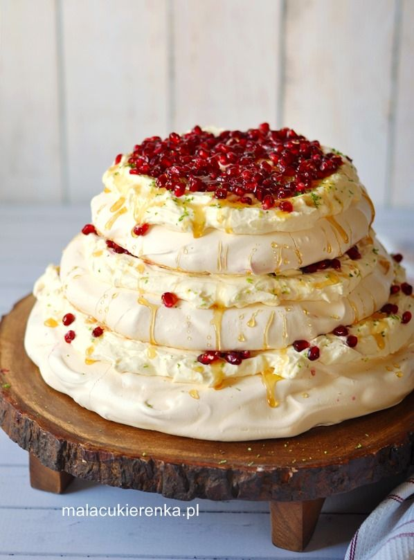 Wysoki tort bezowy z lemon curd i granatem