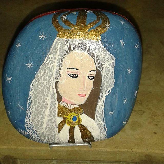 Virgen del Valle pintada en piedra #margarita  #arte #painting #regram #margarita  #painting #regram #buhos #artevenezolano  #venezuela #pintura