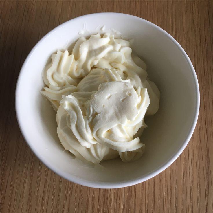 Mascarpone topping frosting 1/3 slagroom, opgeklopt met vanillesuiker 2/3 mascarpone, losgeroerd. Luchtig mengen, evt zoeten met poedersuiker