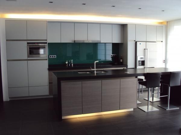 Strakke keuken met groot eiland keukens interieur for Interieur keukens