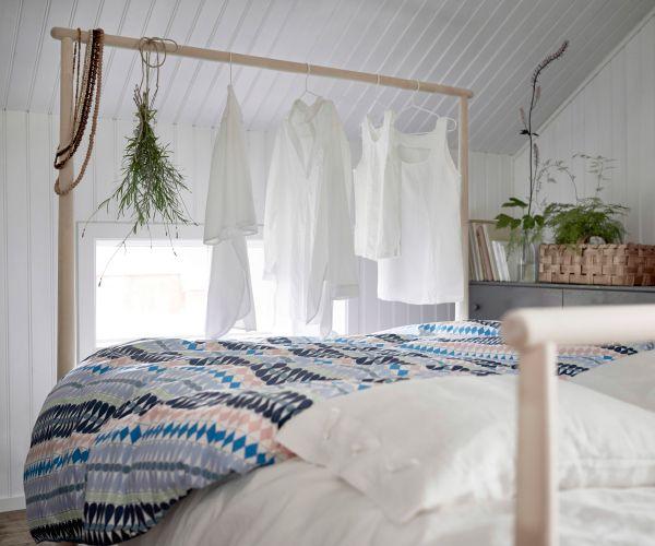 lit en bois massif non trait avec t te de lit sous la forme d 39 une barre arrondie pouvant servir. Black Bedroom Furniture Sets. Home Design Ideas