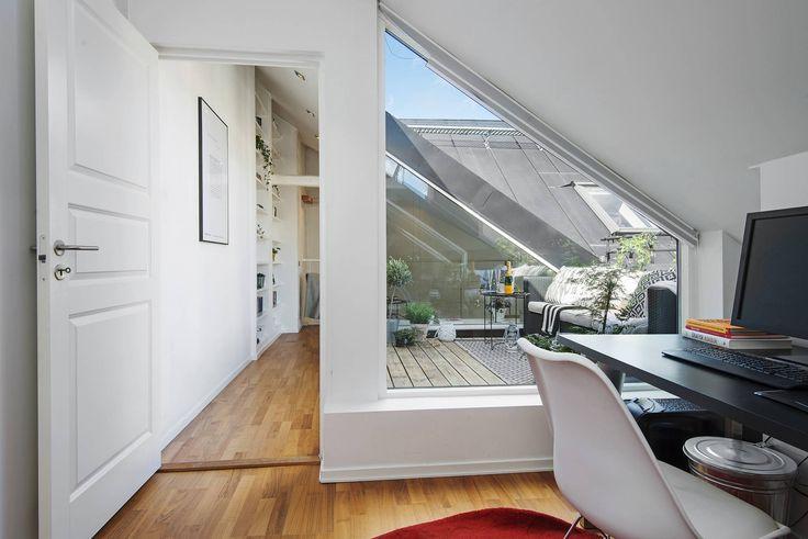 Varmt välkommen till denna smakfullt renoverade vindsvåning i etage med härlig takterrass i en av Södermalms attraktivaste kvarter ett stenkast från Mariatorget. Här bor man i en vacker sekelskiftsfastighet med generös takhöjd, braskamin, stora takfönster, framtagna hanbjälkar, med utsikt över takåsar i lugnt och skyddat läge. Väl inne i lägenheten möts du av en underbart luftig och inbjudande känsla där sekelskiftescharm samspelar med moderna materialval i harmonisk balans. Hela våningen…